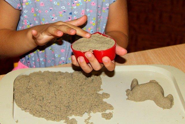 zabawy w piasku z dzieckiem